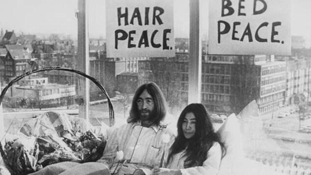 John Lennon et Yoko Ono dans leur lit lors du «bed-in »  à Montréal en 1969.