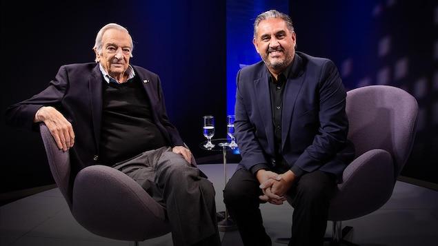 Deux hommes assis côte à côte