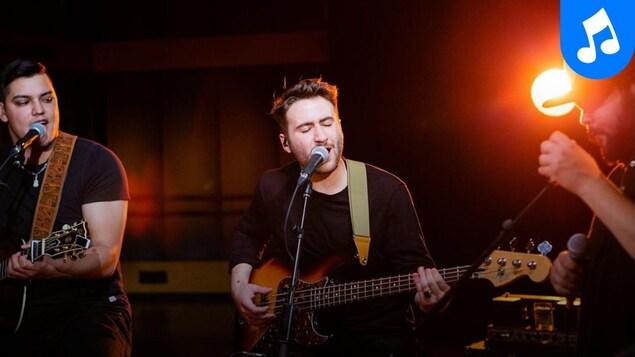 Scott-Pien, Picard (guitare), Cédrik St-Onge (voix, basse) et Matiu (micro à la main) en prestation au studio 12.