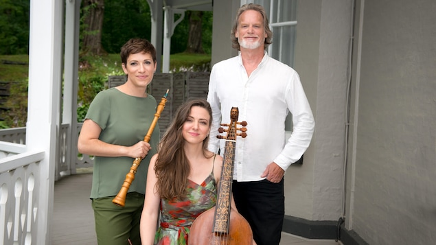 De gauche à droite : la hautboïste Debra Nagy, la gambiste Mélisande Corriveau et le claveciniste Eric Milnes