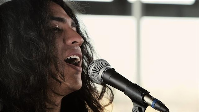 Mateo chante au micro.
