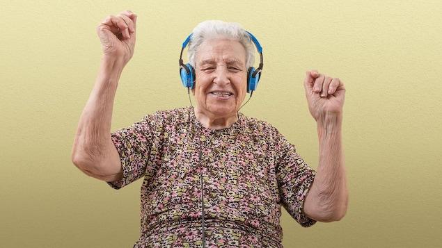 Une personne âgée sourit en écoutant de la musique.
