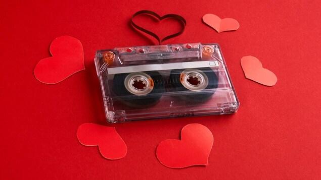 Une cassette entourée de jolis coeurs rouges
