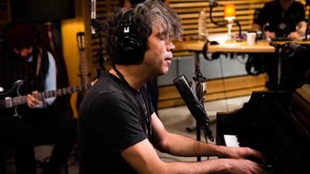 Le chanteur chante en jouant du piano dans le studio 85 de Radio-Canada.