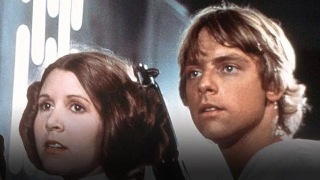 Une scène de La guerre des étoiles (1977) mettant en vedette la princesse Leia (Carrie Fisher) et Luke Skywalker (Mark Hamill)