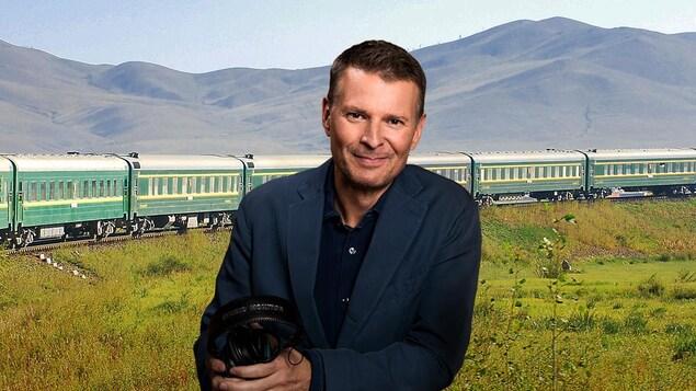 Jour, en été. L'animateur regarde la caméra. Derrière lui, on voit défiler un long train vers à travers la plaine sibérienne.