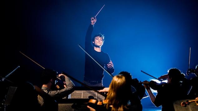 Le jeune maestro en plein direction de son orchestre au studio 12 de la Radio-Canada.