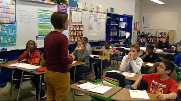 Une enseignante devant sa classe.