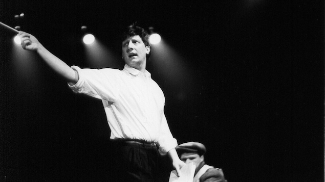 Robert Lepage dirigeant son équipe sur une scène.