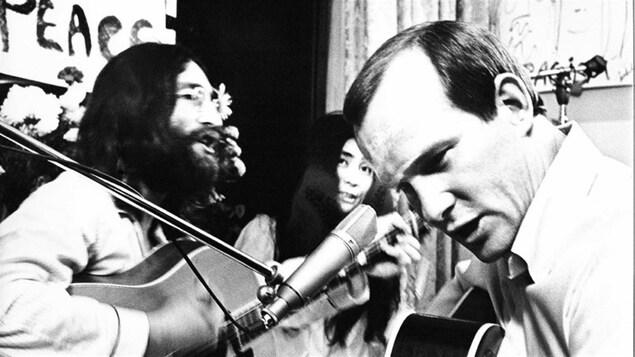 John Lennon et Tommy Smothers lors de l'enregistrement de « Give Peace a Chance ».