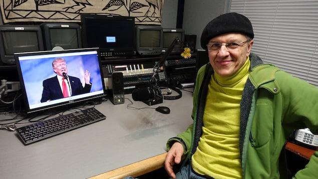Jean Bisping pose dans le studio où il réalise ses interprétations.