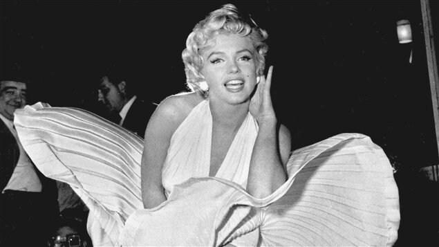Marilyn Monroe vêtue d'une robe blanche soulevée par un courant d'air.