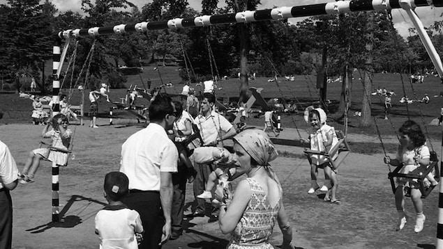 Photo noir et blanc de 1970, des gens s'amusent dans un parc.