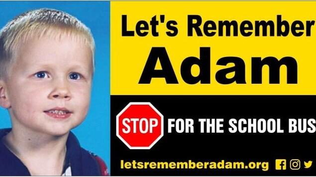 Adam Ranger figure sur une affiche pour sensibiliser les automobilistes à la prudence autour des autobus scolaire.