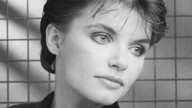 Photo en noir et blanc de Diane Tell alors qu'elle semble âgée dans la jeune vingtaine.