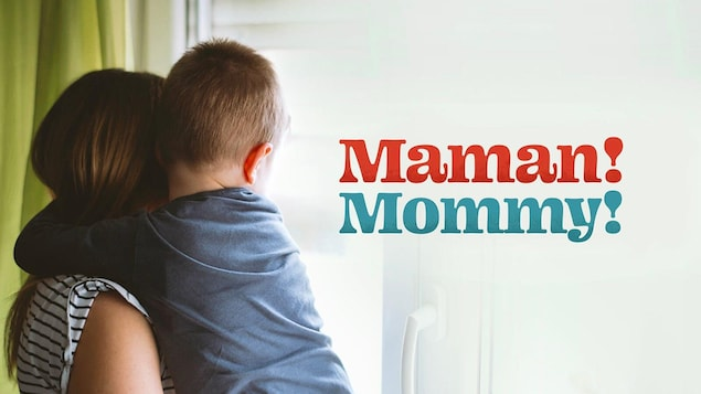 Une maman porte un jeune enfant dans ses bras en regardant par la fenêtre. Le titre « Maman! Mommy! » est en avant-plan.