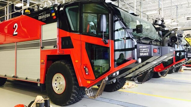 Photo des véhicules d'urgence de l'aéroport Jean-Lesage, dans un hangar