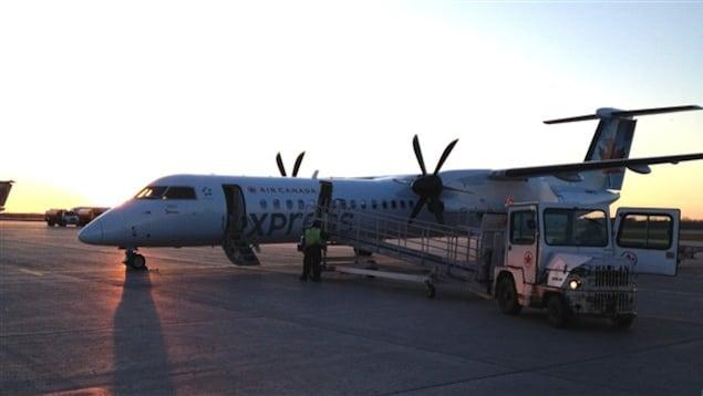 Un avion sur la piste d'atterrissage de l'aéroport de Sept-Îles