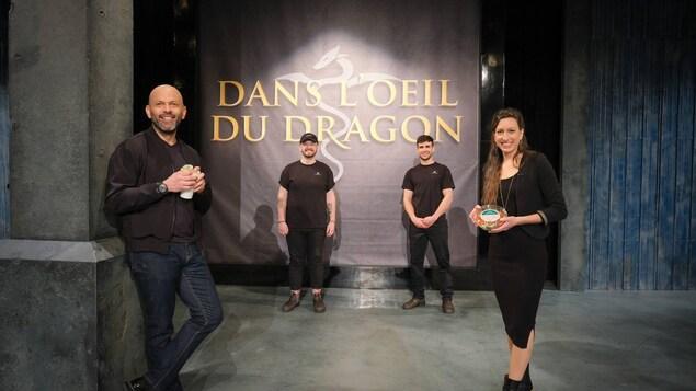 Les copropriétaires d'Agropol et les dragons Marie-Josée Richer et Georges Karam sourient à la caméra.