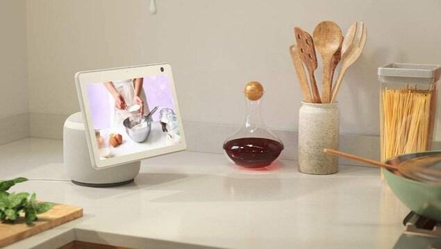 Un écran déposé sur un comptoir de cuisine.