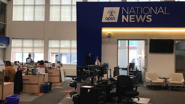 Photo de bureaux dans une salle de nouvelles.