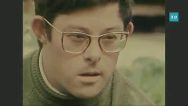Un jeune homme trisomique.