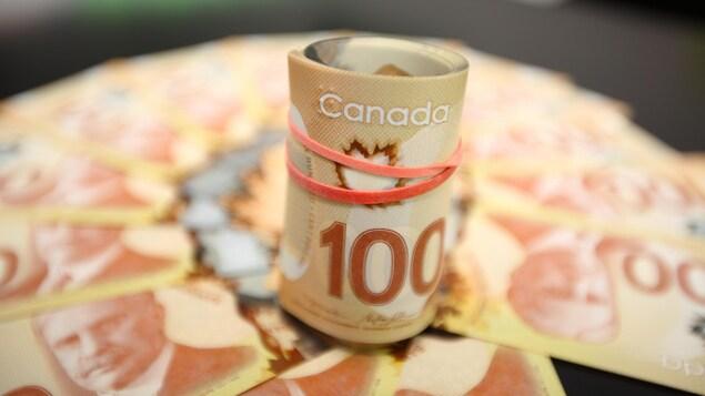 Des billets de 100 dollars.