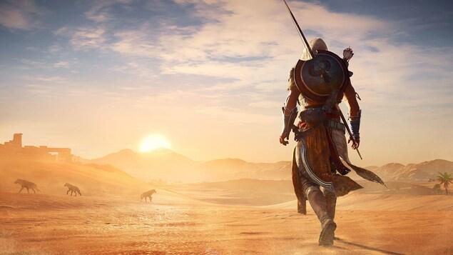 Vue d'un soldat de l'Antiquité de dos, qui marche dans le désert, au soleil levant