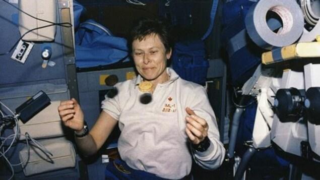 L'astronaute Roberta Bondar se trouve dans une navette spatiale.