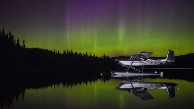 Des aurores boréales au Lac Rapide, avec un hydravion posé sur le lac, à Sept-Îles, phtographiées par Jean-Phillip Grenier (Ti-Pou).