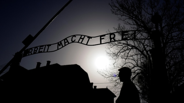 Le portail fer forgé arborant le slogan nazi « Arbeit macht frei » (« Le travail rend libre ») à l'ancien camp de concentration d'Auschwitz.