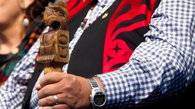 Un Autochtone tient une canne traditionnel lors du dépôt du rapport final de la Commission vérité et réconciliation.