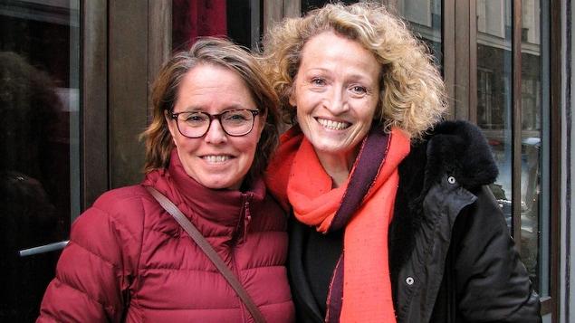 Les deux femmes posent dans une rue de Paris.
