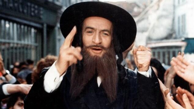 Un rabbin dans une foule.