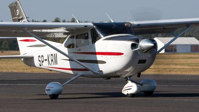 Un petit avion Cessna 182.