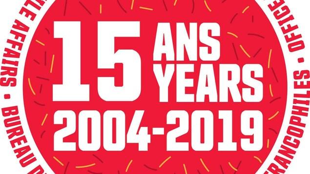 Logo rouge qui fait mention des 15 ans (2004-2019) du programme francophone