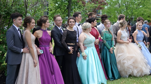 Une quinzaine de jeunes prennent une photo de groupe.