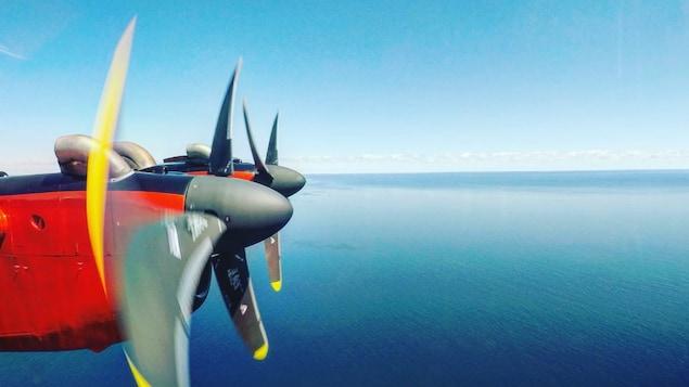 L'aéronef Dash 7 de Transports Canada survole le golfe du Saint-Laurent à la recherche de baleines noires.