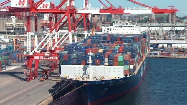 Bateau-conteneurs au port d'Halifax