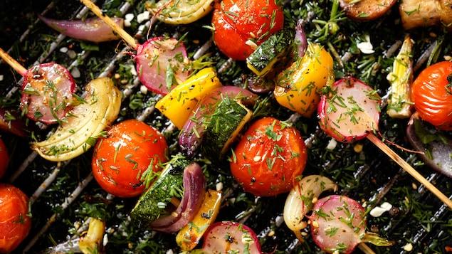 Tomates, oignons, poivrons grillent sur le barbecue
