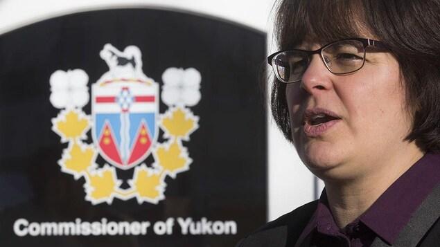 Photo de la commissaire du Yukon, Angélique Bernard, à l'éxtérieur de son bureau à Whitehorse