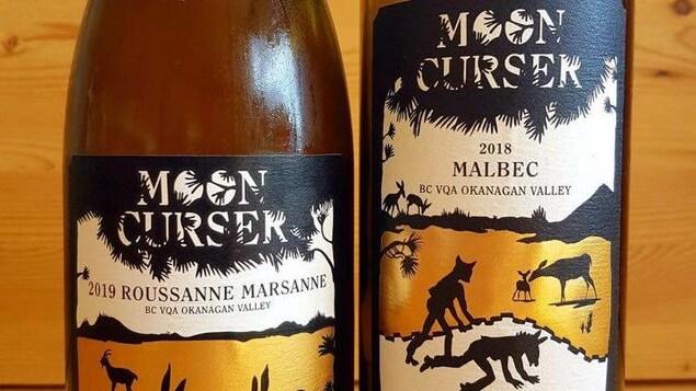 Deux bouteilles de vin du Domaine Mooncurser de Osoyoos. Un vin blanc Roussanne/Marsanne 2019 et vin rouge Malbec 2018