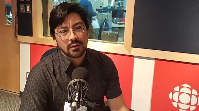 Matthew Klippenstein en studio à Radio-Canada.