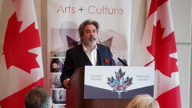 Pablo Rodriguez, ministre du Patrimoine canadien et du Multiculturalisme, derrière un podium lors d'une allocution devant des invités à Vancouver