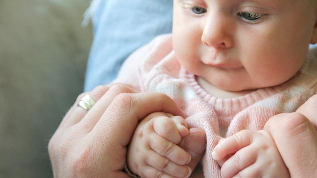 L'implication du père à l'accouchement et au cours des premiers mois est désormais une norme, explique l'historienne Andrée Rivard.