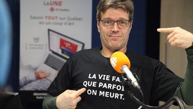Claude arborant fièrement son nouveau t-shirt.