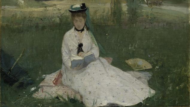 Berthe Morisot, L'Ombrelle verte, 1873. Une jeune femme vêtue de blanc, style fin 19e siècle, lit un livre dans une clairière versoyante.
