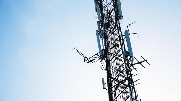 Une tour de télécommunications pourvue d'antennes.