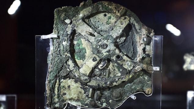 Une roue du mécanisme d'Antikythère, recouverte de sédiments.