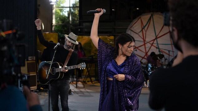 Elisapie Isaac et Louis-Jean Cormier jouent de la musique sur une scène.